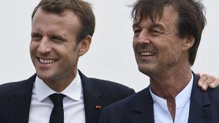 Emmanuel Macron et Nicolas Hulot, le 20 juin 2018 au cap Fréhel à Plévenon (Côtes-d'Armor). (FRED TANNEAU / AFP)