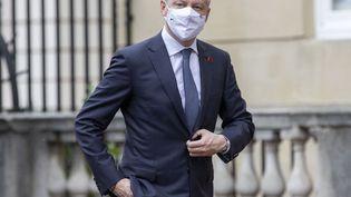 Le ministre français de l'Économie et des Finances, Bruno Le Maire, est accueilli par le chancelier de l'Échiquier britannique, Rishi Sunak, lors de la réunion des ministres des Finances du G7 à Lancaster House, au centre de Londres, le 4 juin 2021. (STEVE REIGATE / AFP)