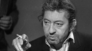 """Serge Gainsbourg dans l'émission """"7 sur 7"""", sur TF1, le 11 mars 1984. (PHILIPPE WOJAZER / AFP)"""