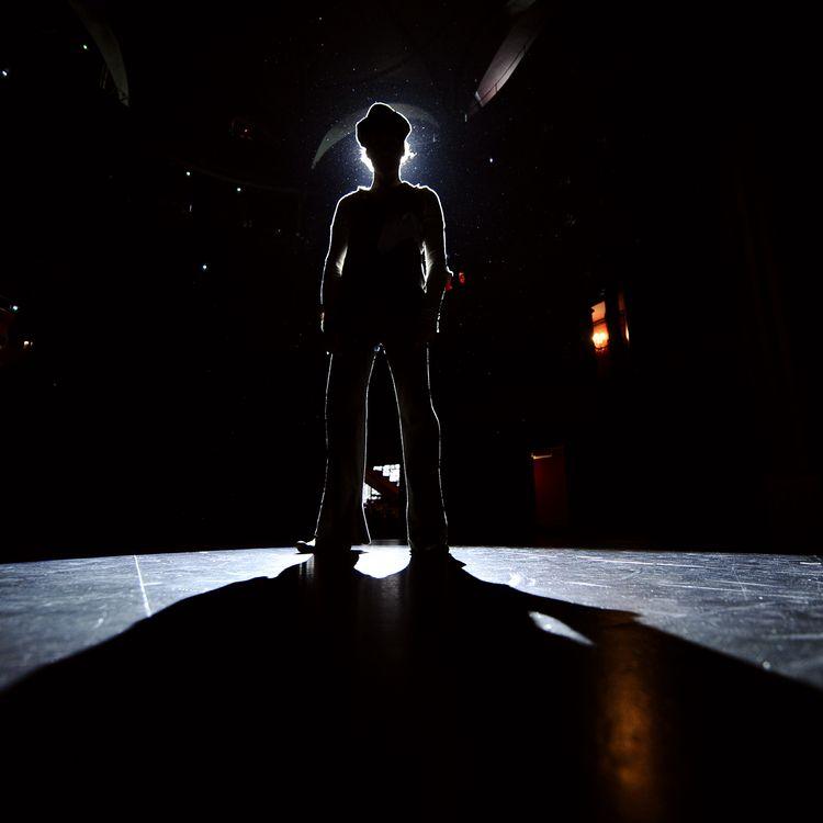 Un mime se présente sur scène, le 30 septembre 2008 à Paris. (FRANCK FIFE / AFP)