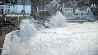 De fortes vagues frappent le port de Douarnenez (Finistère), le 2 février 2014. (FRED TANNEAU / AFP)