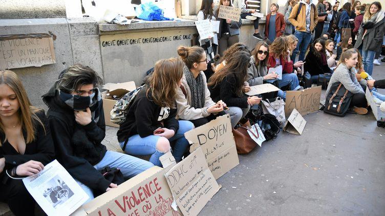 Des étudiants manifestent devant la fac de droit de Montpellier (Hérault), le 23 mars 2018 aprèsl'expulsion brutale par des hommes cagoulés d'étudiants qui occupaient un amphithéâtre. (MAXPPP)