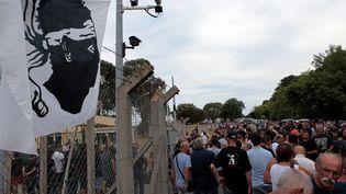 Les gens se rassemblent en dehors de la gendarmerie de Borgo en soutien à deux personnes de Sisco, en garde à vue, le 17 Août 2016 (PASCAL POCHARD-CASABIANCA / AFP)