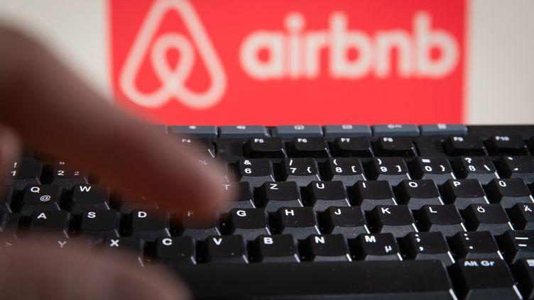 Après des tests au Canada et aux Etats-Unis, la plateforme Airbnb arestreint l'accès aux réservations pour les utilisateurs de moins de 25 ans en France. (FRISO GENTSCH / DPA)