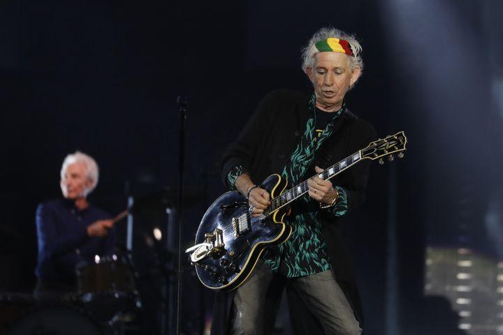 Keith Richards (et Charlie Watts au second plan), jeudi 19 octobre 2017 au U Arena.  (Patrick Kovarik / AFP)