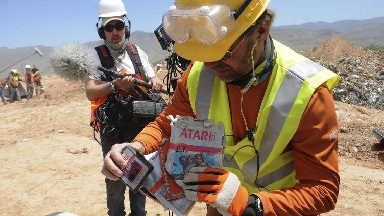 L'archéologue Andrew Reinhard montre des cartouches du jeu vidéo, le 27 avril 2014. (MARK WILSON / REUTERS)