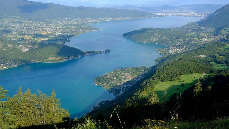 Vu sur le lac d'Annecy (Haute-Savoie) depuis le col de la Forclaz, le 17 août 2016. (JEAN PIERRE CLATOT / AFP)