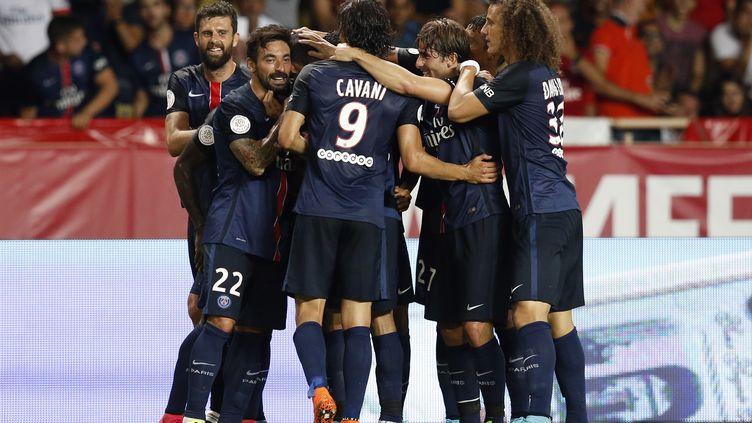Des joueurs du PSG se congratulent lors de leur victoire à Monaco, le 30 août 2015. (VALERY HACHE / AFP)