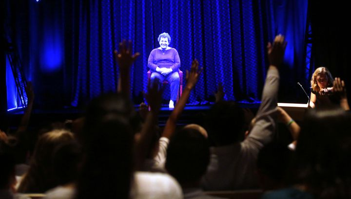 Le jeu de questions-réponses avec l'hologramme d'Adina Sella avec des élèves américains.  (Joshua Lott / AFP)