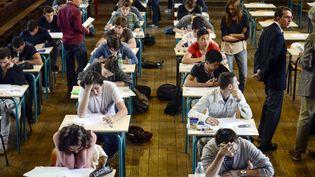 Lors de l'épreuve de philosophie du baccalauréat, le 16 juin 2014, au lycée Jacques-Decour, à Paris. (FRED DUFOUR / AFP)