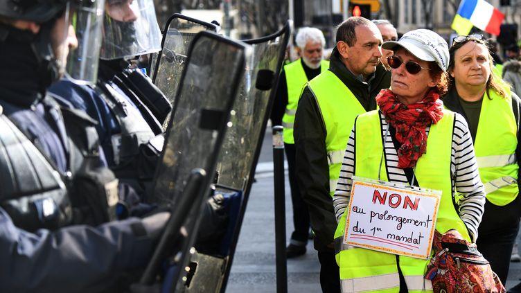 """Des """"gilets jaunes"""" manifestant à Marseille (Bouches-du-Rhône), samedi 9 mars. (BORIS HORVAT / AFP)"""