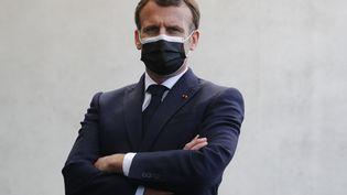 Le président de la République, Emmanuel Macron, lors d'un déplacement à Montpellier (Hérault), le 19 avril 2021. (GUILLAUME HORCAJUELO / AFP)