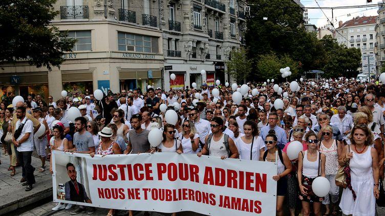 Marche blanche, organisée à Grenoble le 8 août 2018, en hommage à Adrien Perez (XAVIER DEMAGNY / FRANCE-BLEU ISÈRE)