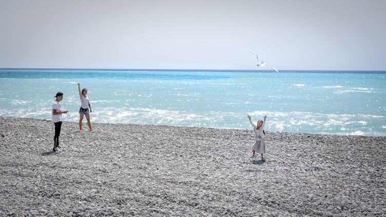 Des promeneur profitent de la plage à Nice (Alpes-Maritimes), le 14 mai 2020. (ARIE BOTBOL / HANS LUCAS)