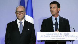 Bernard Cazeneuve et Manuel Valls, lors de l'inauguration d'un hôtel de police à Alfortville (Val-de-Marne), le 21 novembre 2016. (THOMAS SAMSON / AFP)
