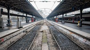 Une illustration de la grève dans les transports avec les quais vides de la gare de l'Est, le 5 décembre 2019, à Paris. (BENJAMIN MENGELLE / HANS LUCAS / AFP)
