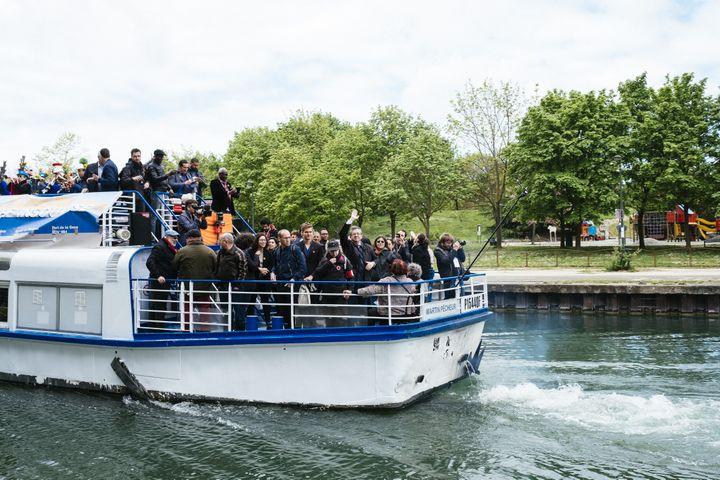 """La """"péniche insoumise"""", le 17 avril 2017 sur le canal de l'Ourcq, à Bobigny (Seine-Saint-Denis). (DENIS MEYER / HANS LUCAS / AFP)"""