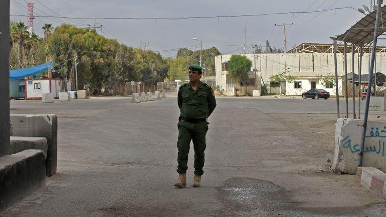 Un policier palestinien se tient au passageKerem Shalom, à la frontière entre Israël et Gaza, le 13 mai 2018. (SAID KHATIB / AFP)
