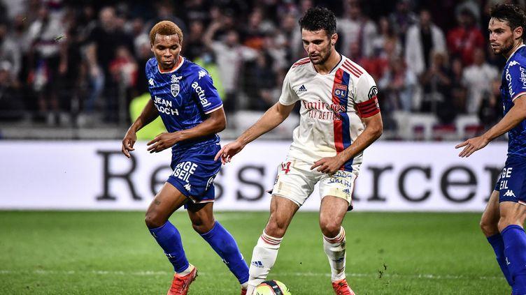 Leo Dubois en duel avec Armand Lauriente, le 25 septembre 2021 au Groupama Stadium, à Lyon. (JEFF PACHOUD / AFP)