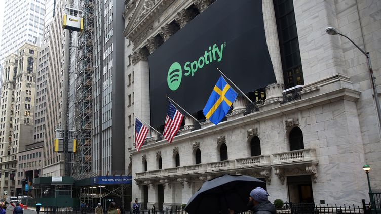 Le New York Stock Exchange aux couleurs du service de streaming Spotify, mardi 3 avril 2018. (MOHAMMED ELSHAMY / ANADOLU AGENCY / AFP)