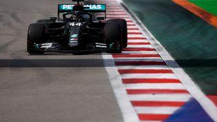 Lewis Hamilton à bord de sa Mercedes lors des qualifications pour le Grand Prix de Russie, à Sotchi, le 26 septembre 2020. (ALEXEY FILIPPOV / SPUTNIK / AFP)