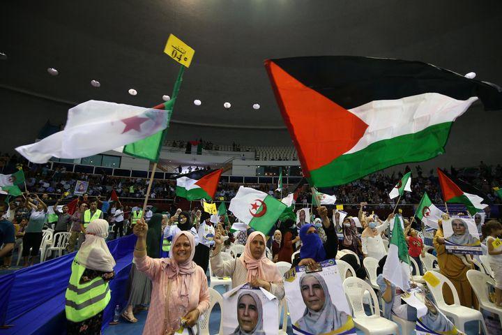 Réunion des partisans du MSP (Mouvement de la société pour la paix) à Alger, le 8 juin 2021, avant le scrutin du 12 juin. (BILLAL BENSALEM / NURPHOTO / AFP)