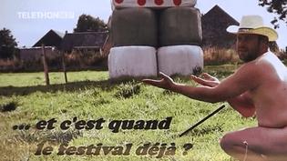 Pour la cinquième année consécutive dans la Manche, de jeunes éleveurs ont posé dénudés au profit du Téléthon.  (France 3)