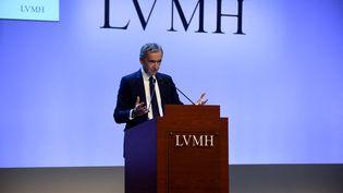 Bernard Arnault s'exprime lors d'une présentation au siège de LVMH à Paris, le 28 janvier 2020. (ERIC PIERMONT / AFP)