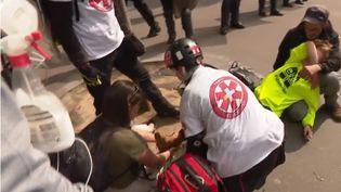 Le long des cortèges, les street medics portent secours aux manifestants. Il s'agit souvent de volontaires, comme ici à Paris le mercredi 1er mai 2019. (FRANCE 3)