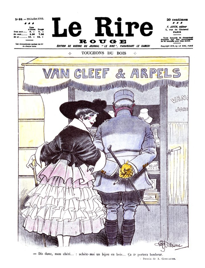 """Sur une réclame Van Cleef & Arpels de 1916, se détache le croquis d'un couple devant une vitrine accompagné de la légende suivante : """"Dis donc, mon chéri… : achète-moi un bijou en bois…ça te portera bonheur"""" (Van Cleef & Arpels)"""
