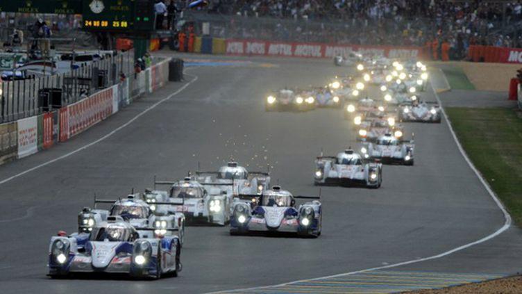 La Toyota en tête au premier virage lors du départ des 24h du Mans 2014