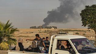 Des civils fuient en pick-up la frontière turco-syrienne à Ras Al-Ain après l'offensive turque, le 9 octobre 2019. (DELIL SOULEIMAN / AFP)