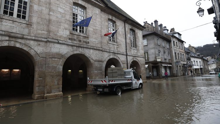 La Loue a débordé de son lit et inondé la petite ville d'Ornans (Doubs), le 22 janvier 2018. (MAXPPP)