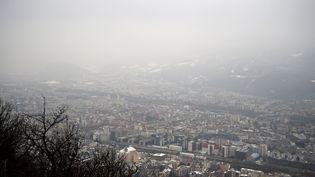 La ville de Grenoble (Isère) recouvert d'un nuage de pollution, le 24 janvier 2017. (JEAN-PIERRE CLATOT / AFP)