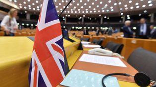 Le drapeau britannique posé sur le bureau d'un eurodéputé de l'UKIP au Parlement européen, le 3 avril 2019. (EMMANUEL DUNAND / AFP)