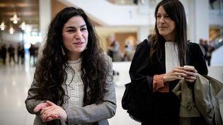 Marie Laguerre et son avocate, le 4 octobre 2018 au palais de Justice de Paris. (PHILIPPE LOPEZ / AFP)