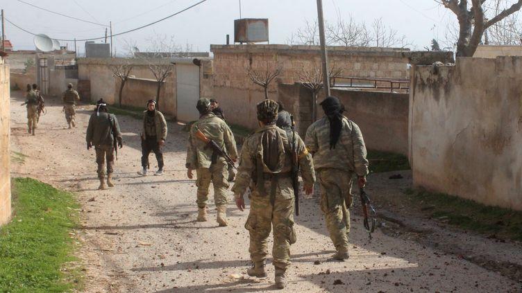 Des membres de l'Armée syrienne libre, le 10 février2018, après la libération deJandaris en Syrie. (HUSEYIN NASIR / ANADOLU AGENCY / AFP)