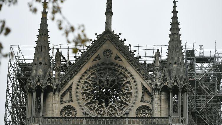La rosace du côté sud de la cathédrale Notre-Dame de Paris, détériorée dans l'incendie du 15 avril 2019. (STEPHANE DE SAKUTIN / AFP)