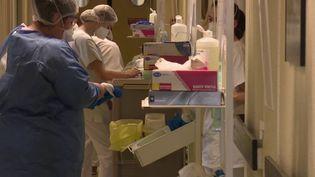 Le centre hospitalier de Haguenau (Bas-Rhin), pas encore surchargé, se prépare à l'être. L'établissement s'est totalement réorganisé. (France 2)
