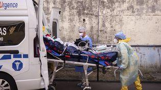 Un patient transféré dans le cadre de l'opération Hippocampe le 3 septembre 2021 au centre hospitalier universitaire de Pointe-a-Pitre (Guadeloupe). (CARLA BERNHARDT / AFP)