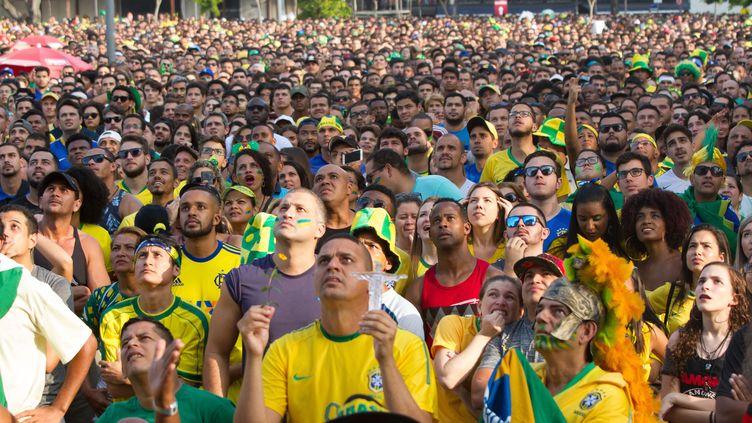 Des supporters du Brésil regardent le match entre leur équipe et la Serbie, à Rio de Janeiro, le 27 juin 2018. (ELLAN LUSTOSA / CROWDSPARK / AFP)