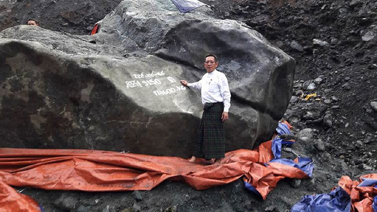 Cette pierre de jade a été découverte le 13 octobre 2016, àHpakant (nord de la Birmanie). (MEMBER OF PARLIAMENT TINT SOE / AFP)