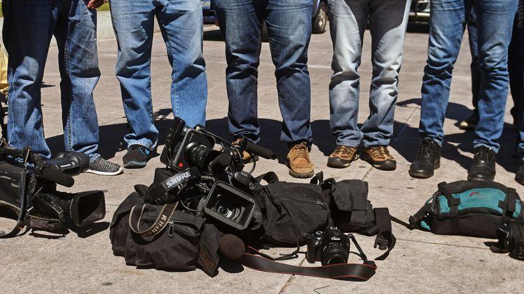 Des journalistes salvadoriens manifestent en hommage à leur confrère, le cameraman Samuel Rivas, tué par les membres d'un gang, le 17 novembre 2017. (MARVIN RECINOS / AFP)