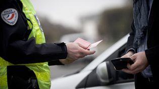 Un contrôle routier est effectué à Paris, le 17 mars 2014. (ARTHUR NICHOLAS ORCHARD / HANS LUCAS / AFP)