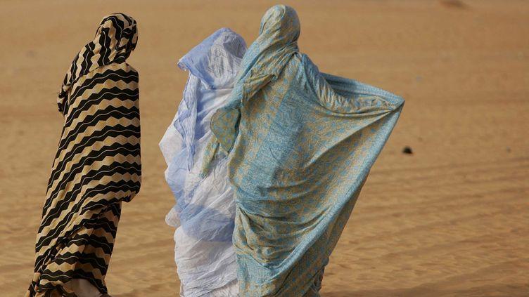 Femmes marchant dans le désert à Chinguetti (ouest de la Mauritanie) le 13 mars 2007. (SCHALK VAN ZUYDAM/AP/SIPA / AP)