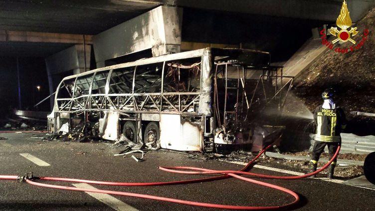 Le bus qui a pris feu le 20 janvier 2017 à Vérone (Italie). (VIGILI DEL FUOCO / AFP)