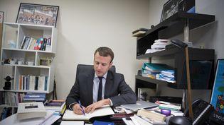 """L'ancien ministre de l'Economie, Emmanuel Macron, candidat à l'élection présidentielle 2017, publie jeudi 24 novembre, un livre intitulé """"Révolution"""" (SOAZIG DE LA MOISSONNIERE / MAXPPP)"""