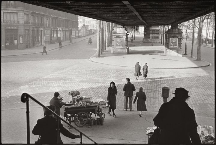 """Henri Cartier-Bresson, """"Sous le métro aérien, boulevard de la Chapelle"""", 1951 Collection Fondation Henri Cartier-Bresson (© Fondation Henri Cartier-Bresson/Magnum Photos)"""