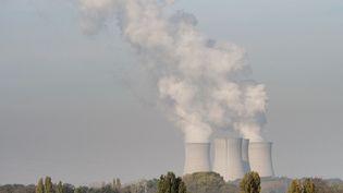 De la fumée s'échappe du site nucléaire de Dampierre-en-Burly (Loiret), le 23 octobre 2018. (GUILLAUME SOUVANT / AFP)