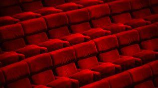 Des sièges de théâtre vides (illustration). (SEBASTIEN BOZON / AFP)